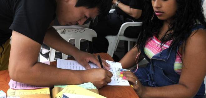 GUAYAQUIL, Ecuador.- Estudiantes de 3 facultades de la U. de Guayaquil fueron llamados nuevamente a sufragar. Foto: API