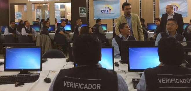 ECUADOR.- En total, 100 digitadores verifican las firmas presentadas por el colectivo guayaquileño. Foto: CNE
