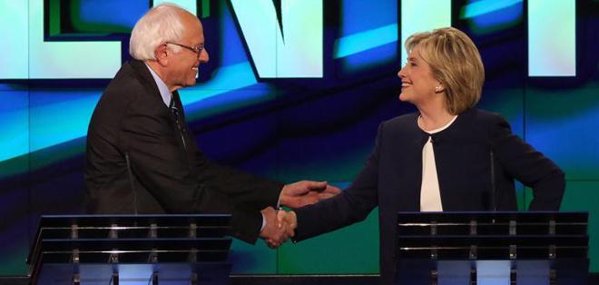 LAS VEGAS, EE.UU.- Hillary Clinton y el senador Bernie Sanders protagonizaron el primer debate de las primarias demócratas. Foto EFE