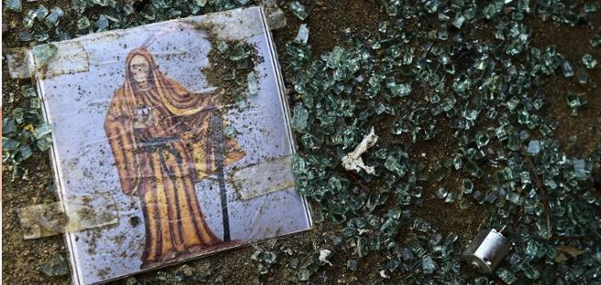 """DURANGO, México.-La imagen de la """"Santa Muerte"""" en medio de vidrios que dejó un operativo para capturar al """"Chapo"""" Guzmán. Foto AFP"""