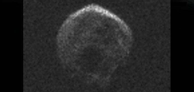 """Un gran meteorito bautizado como la """"Gran Calabaza"""", por su coincidencia con la festividad de Halloween, alcanzó hoy su punto más cercano a la Tierra,"""
