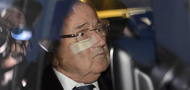 ZÚRICH, Suiza.- Blatter se acogió al silencio ante los medios. Foto: AFP.