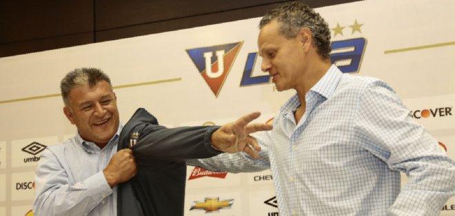 QUITO, Ecuador.- Borghi se puso el buzo del DT de Liga. Foto: API.