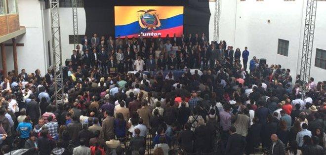 CUENCA, Ecuador.- Cinco líderes políticos encabezaron la cita de oposición, al final firmaron un acuerdo. Foto: Paúl Carrasco