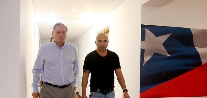 SANTIAGO, Chile.- El técnico argentino en las ofinas de la ANFP. Foto: EFE.