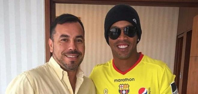 GUAYAQUIL, Ecuador.- Ronaldinho junto al vicepresidente de Barcelona, Alfredo Cuentas.