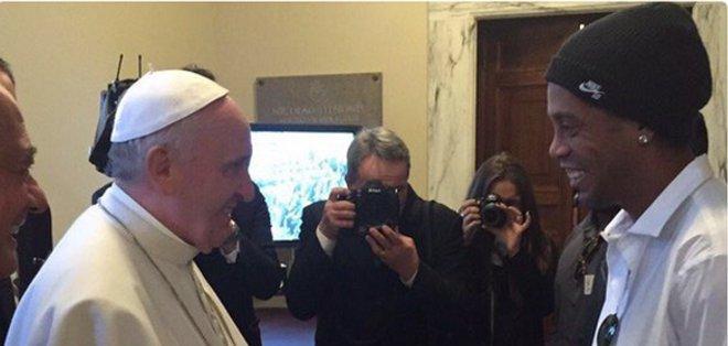 VATICANO, Ciudad del Vaticano.- Ronaldinho compartió palabras con el papa.
