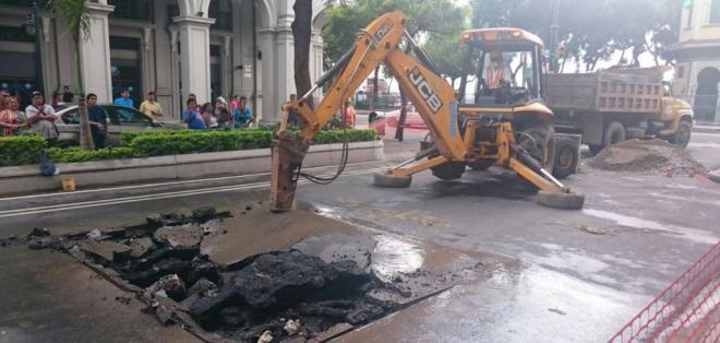 Interagua investiga magnitud del cráter en las calles 10 de Agosto y Malecón. Foto: ATM