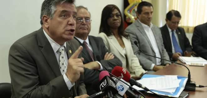 QUITO, Ecuador.- El bloque de CREO rechaza las propuestas de seguro de desempleo y reducción de la jornada laboral. Foto: API