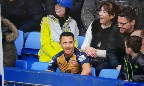 Alexis Sánchez (c.) juega en el Arsenal desde el 2014. Foto: Archivo