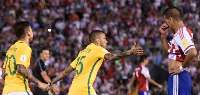 ASUNCIÓN, Paraguay.- Dani Alves salvó de una derrota a Brasil. Foto: AFP.
