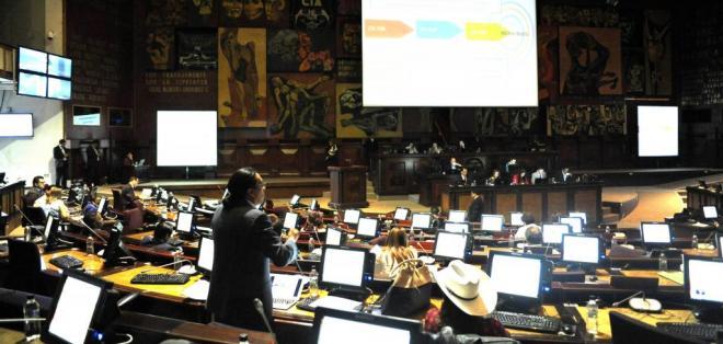 QUITO, Ecuador.- El techo a la salida de divisas y ajustes de impuestos son revisados en el pleno legislativo. Foto: API