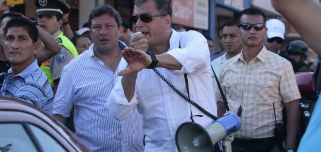 MONTECRISTI, Ecuador.- El presidente Rafael Correa (c), durante un recorrido por las zonas del desastre. Foto: Archivo de AFP