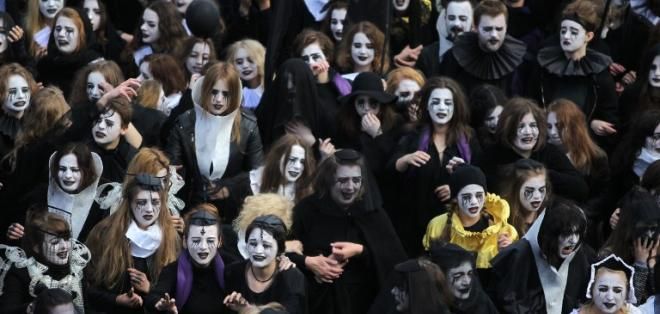 Vestidos de negro, con cuellos isabelinos y con los ojos maquillados de lágrimas negras, los dolientes  recorrieron las calles para llorar a su ídolo. Foto: Piotr Wittman/AFP
