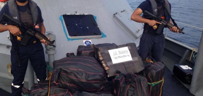 Los agentes encontraron 13 bultos con presunta droga al norte de la Isla San Cristóbal. Foto: Dirnea
