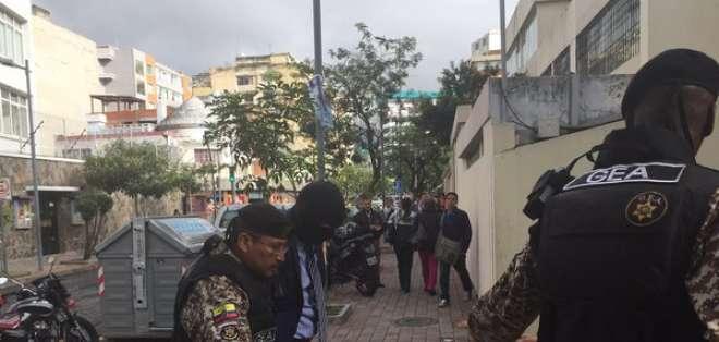 Vinicio Luna llegó con una capucha y en medio de un resguardo policial a la Unidad Judicial de Pichincha.