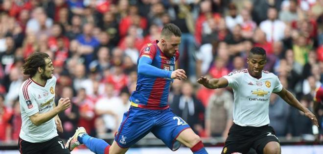 LONDRES, Inglaterra.- Valencia jugó como lateral derecho y partició en el gol de la victoria. Foto: EFE.