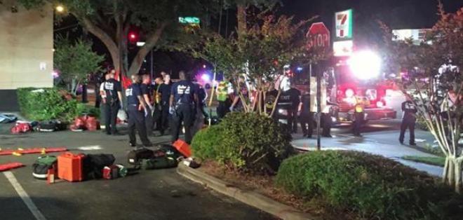 """Agentes policiales realizaron una """"explosión controlada"""" frente a la discoteca. Fuente: EFE"""