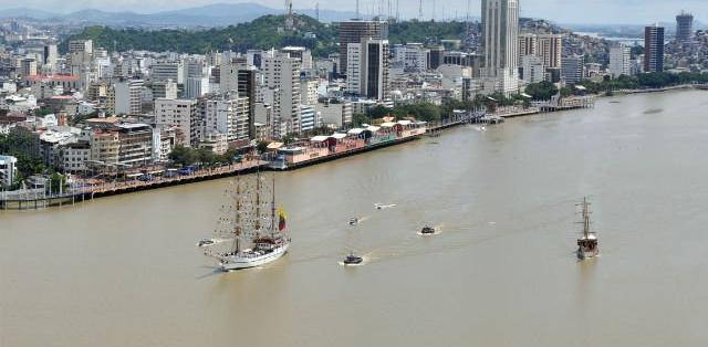 GUAYAQUIL, Ecuador.- El dragado del río Guayas se considera urgente para aumentar la profundidad de todo el canal de acceso al puerto marítimo. Foto: Vistazo.