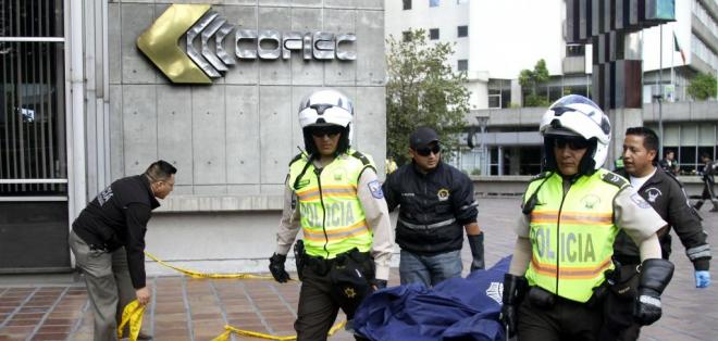 Un hombre cayó del último piso del edificio Cofiec, ubicado en las avenidas Patria y Amazonas en Quito. Foto: API
