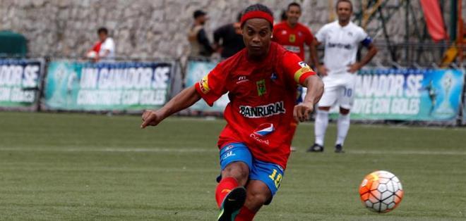GUAYAQUIL, Ecuador.- Días atrás Ronaldinho jugó un amistoso en Guatemala. Foto: EFE.