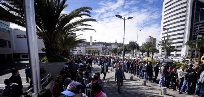 QUITO, Ecuador.- Decenas de personas buscan una entrada para el cotejo por Copa Libertadores. Foto: API