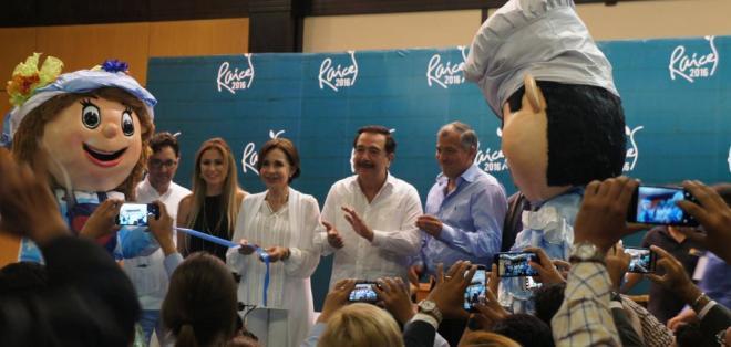 El alcalde Jaime Nebot cortó una cinta representativa para dar inicio a la Feria que cuenta la participación de 30 huecas guayaquileñas.