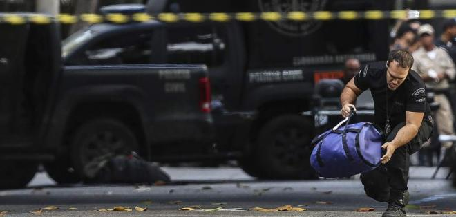 RÍO DE JANEIRO, Brasil.- El Grupo Especializado de Bombas y Explosivos de la Policía Federal indicó que la maleta sospechosa fue abandonada en la estación Río Mar y no contenía explosivos.