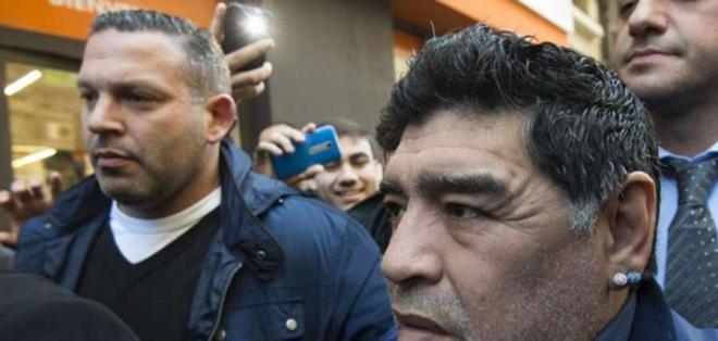 Diego Maradona no pudo viajar el domingo a Dubai tras una denuncia de robo de su pasaporte.