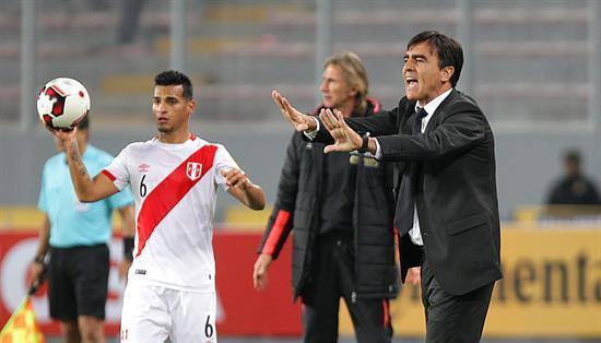 El entrenador argentino-boliviano (d.) quiere hacer varios microciclos. Foto: Archivo