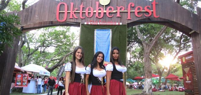 BOGOTÁ, Colombia.- Esta celebración una mayor cantidad de adeptos cada año. Foto: Mujeres de Cali vestidas con traje alusivo al Oktoberfest alemán.