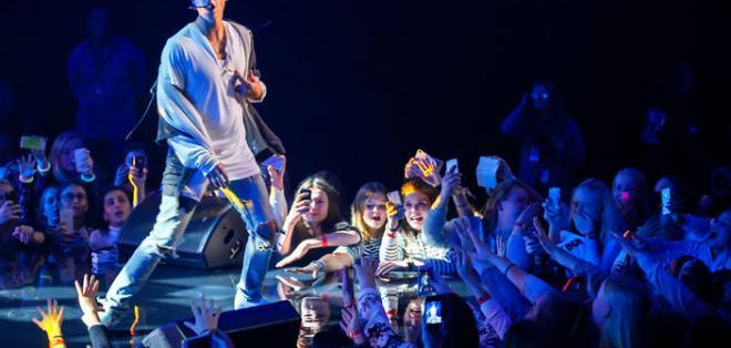 El cantante pop se mostró molesto con sus seguidores duranEl cantante pop se mostró molesto con sus seguidores durante un show en Inglaterra.