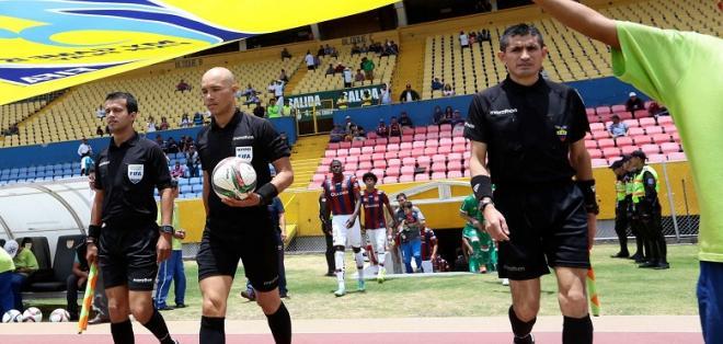Omar Ponce (c.) es uno de los jueces más reconocidos del país. Foto: Tomada de ecuafutbol.org