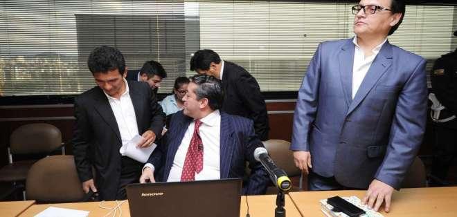 QUITO, Ecuador.- Jímenez y Villavicencio acusados de divulgar presuntamente mensajes enviados al presidente de Ecuador, Rafael Correa. Foto: API.