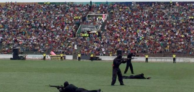 ECUADOR.- Una menor de 15 años falleció por impacto de balas en show acrobático de la Policía. Foto: Policía Nacional
