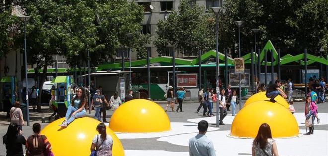 """SANTIAGO, Chile.- La obra """"Huevos fritos caen"""" copa la máxima atención de los transeúntes chilenos. Foto: Agencias"""