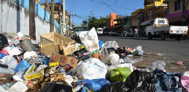 Habitantes de Nicolás Segovia y la D en Guayaquil piden sancionar a quienes boten basura afuera de la unidad educativa. Foto: referencial