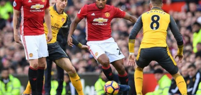 El 'Toño' (c.) ha recibido elogios del portugués desde que llegó al banco del Manchester United. Foto: AFP