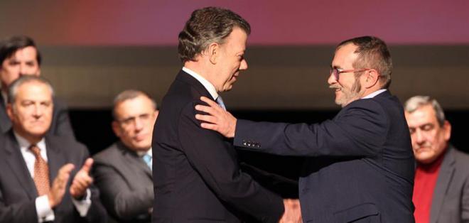 El gobierno de Colombia y la guerrilla FARC firmaron, en un teatro de Bogotá, el pacto definitivo de paz. Foto: EFE