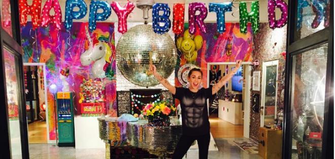 El popular actor le dio el toque romántico al cumpleaños 24 de Miley.