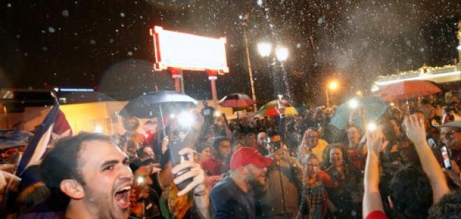 Gente de todas las edades, e incluso algunos estadounidenses, se suma a la fiesta. Foto: AFP