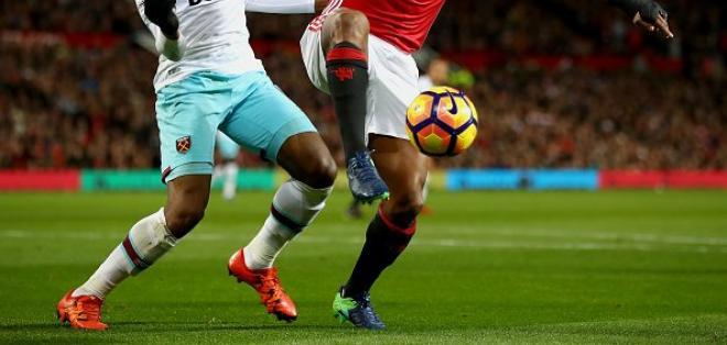 Luis Antonio Valencia fue titular en el empate del Manchester United ante West Ham.