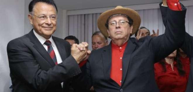Patricio Zuquilanda y Johnnie Jorgge en la inscripción de su candidatura a la presidencia y vicepresidencia. Foto: API.