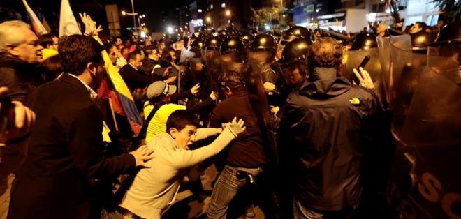 Quito.- El pasado 8 de diciembre, manifestantes se enfrentaron a la policía durante una protesta contra el proyecto de ley que regulará el impuesto a la plusvalía inmobiliaria. Foto: EFE / Archivo