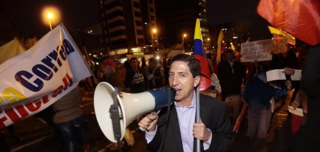 Manifestantes rechazaron en la avenida de los Shyris la iniciativa gubernamental. Foto: API