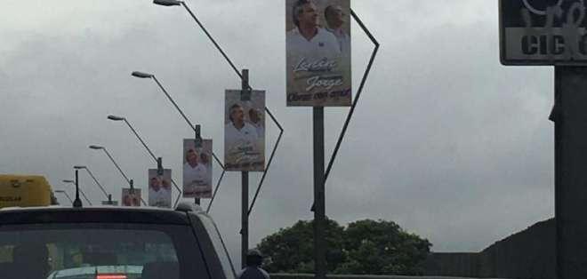 Este tipo de anuncios está regulado tanto por el Municipio como por el CNE. Foto: @EstebanNoboaC