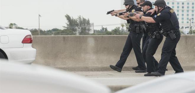Senador indicó que fuentes oficiales le informaron que hispano portaba identificación militar. Foto: EFE