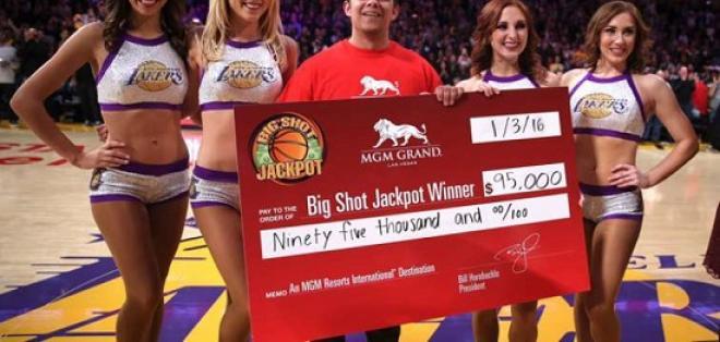 El aficionado logró ganar un cheque por 95 mil dólares tras encestar desde la media cancha.