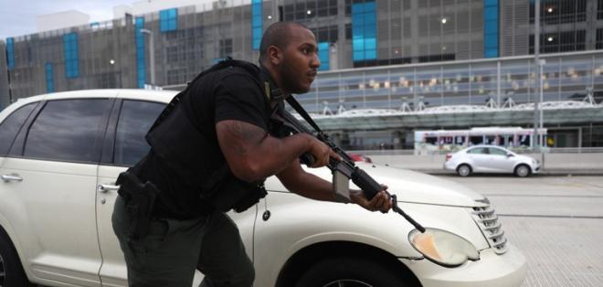 Imagen que muestra a un miembro se seguridad actuando durante la alarma por el ataque del 6 de enero de 2017. Foto: AFP