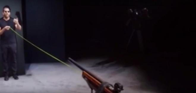 Le salió mal intento de disparar un rifle y atrapar la bala en su boca. Foto: Captura